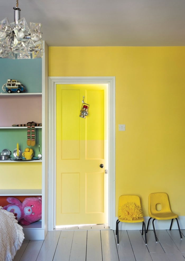 une porte chambre d'enfant peinte en deux nuances de jaune, dynamiser une pièce par des blocs de couleurs
