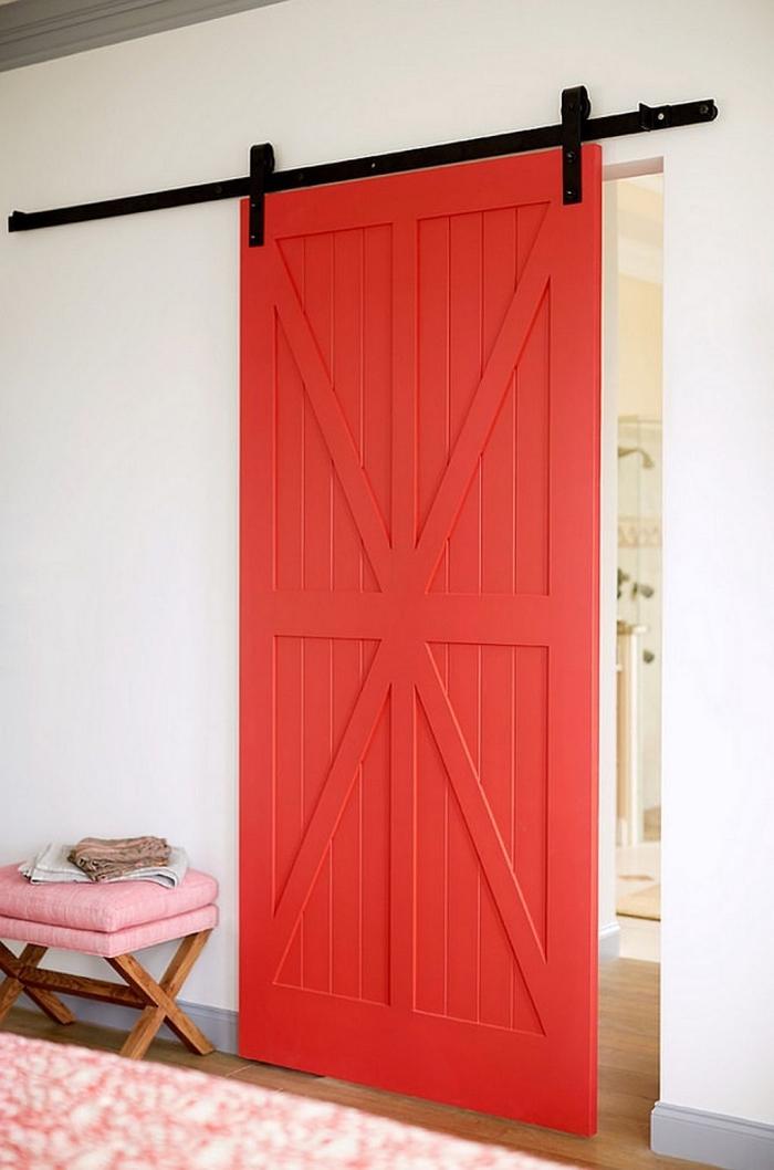 une porte de grange coulissante peinte en couleur corail pour un aspect moderne et chic, quelle couleur de peinture bois interieur pour relooker une porte
