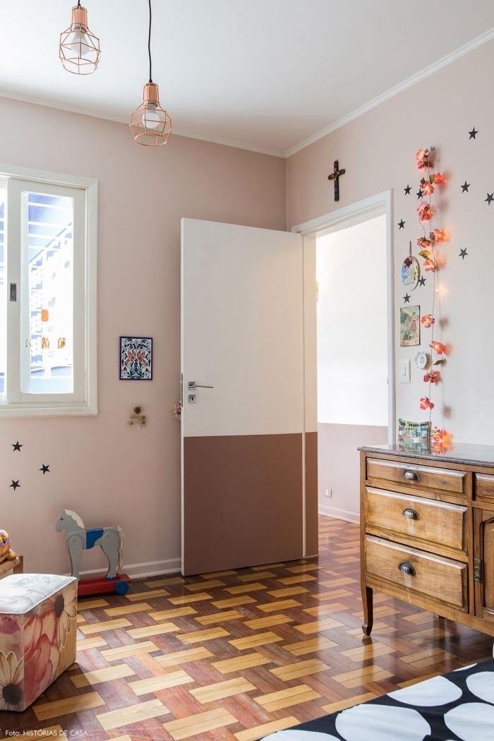 une porte chambre d'enfant bicolore au look vintage qui continue le soubassement en peinture