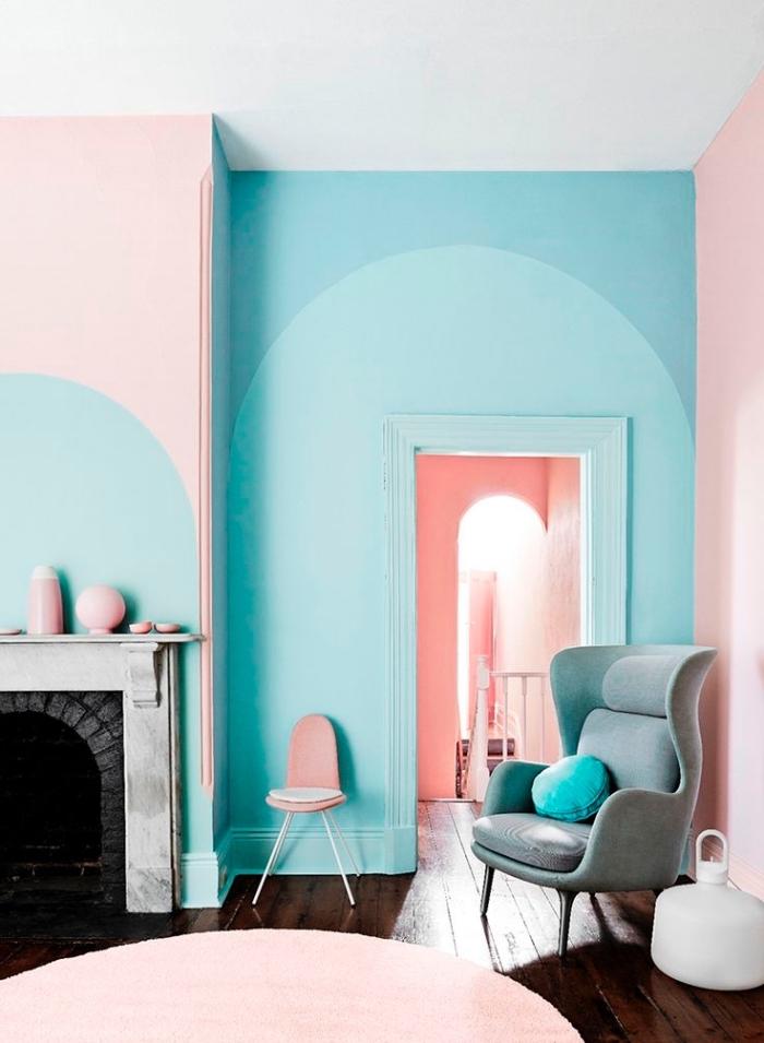 encadrement de porte de même couleur que le mur d'accent, salon design moderne en rose et nuances du bleu