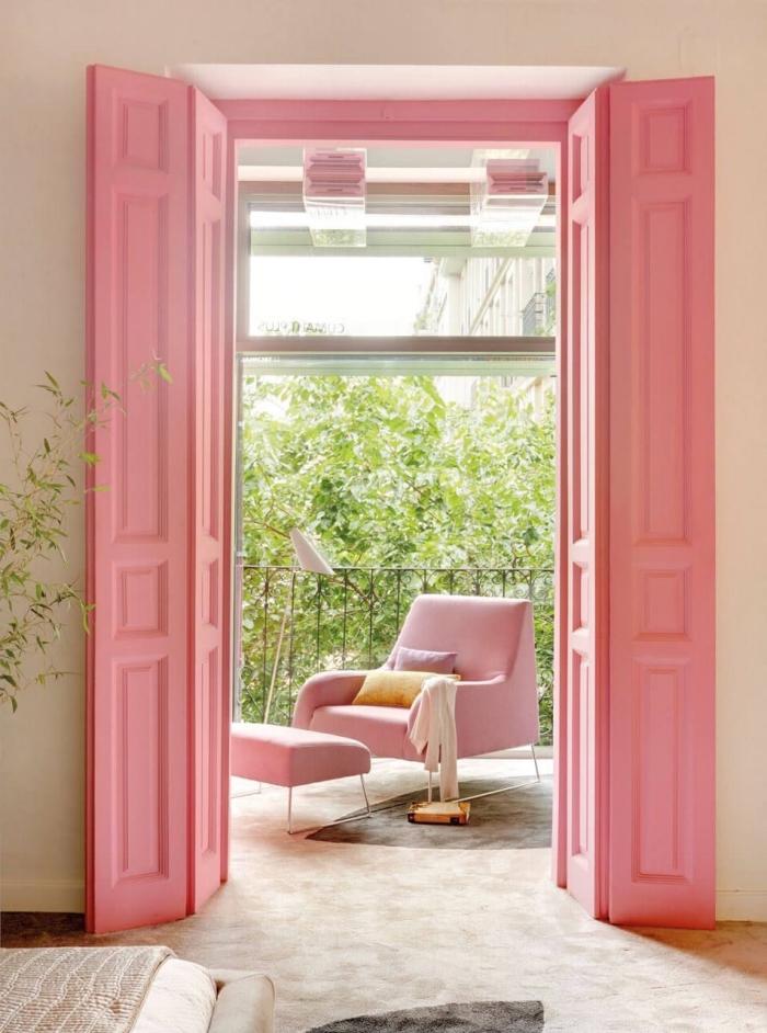 quelle peinture bois interieur pour une porte de balcon ou terrasse, porte de balcon peinte en rose bonbon pour apporter une touche de féminité et de douceur dans la chambre à coucher