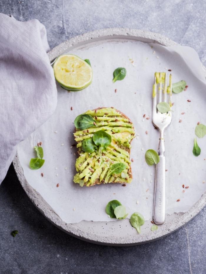 petit déjeuner vegan facile et rapide pour les journées pressées, un toast à l'avocat assaisonné de citron vert