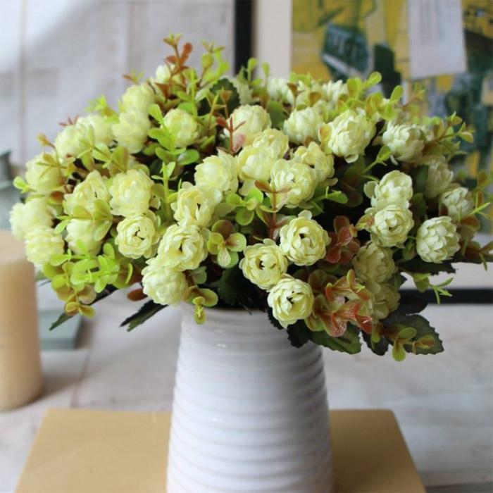 bouquet de fleurs blanches mis dans un vase apportant une atmosphère joviale