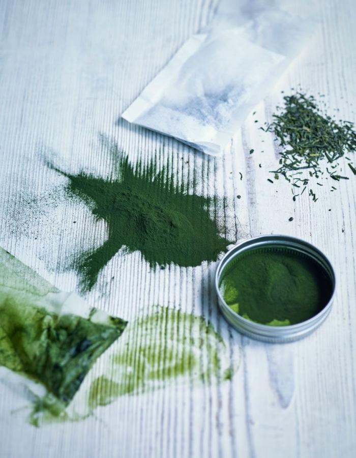 masque fait maison pour tous les types de peau, à base de poudre de thé vert et spiruline