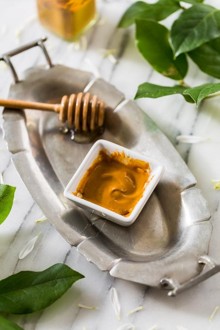 masque purifiant fait maison au miel, à la cannelle et au curcuma, produit cosmétique naturel pour une peau nette et rayonnante