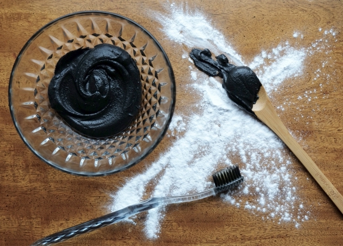 comment blanchir ses dents naturellement, recette dentifrice reminéralisant et blanchissant au charbon actif et au bicarbonate de soude