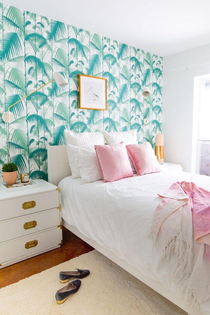 Idée papier peint chambre idée couleur chambre à coucher tendance 2018 décoration couleurs pastel papier peinte palmes vert et rose