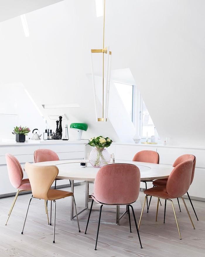 Salle à manger chaises table à manger ronde chaises roses déco scandinave couleur bois de rose deco rose poudré design