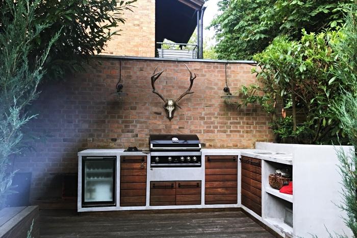idée comment faire une cuisine en L dans le jardin, aménagement de cuisine avec modules en bois foncé et béton