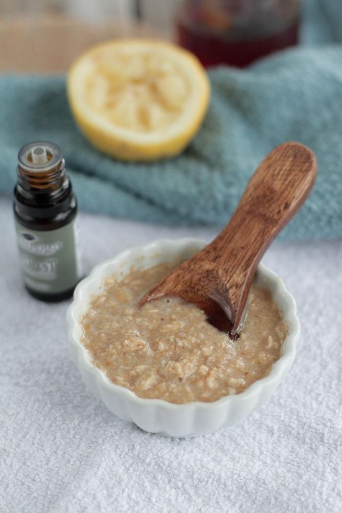 soin visage naturel pour la peau acnéique aux flocons d'avoine, citron et miel, masque pour les boutons et les points noirs