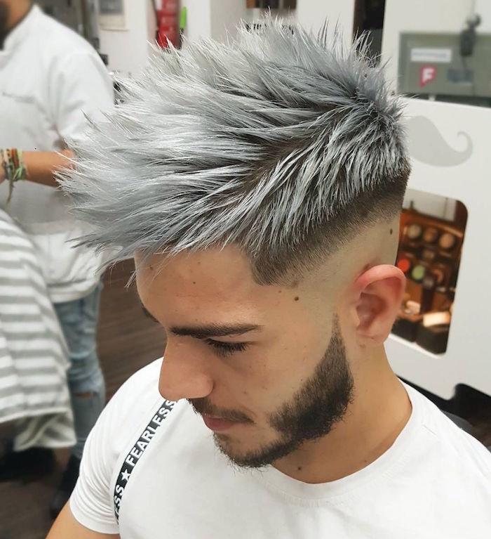 teinture grise homme et coupe de cheveux avec coté court et mèches vers le haut et l'avant sur le dessus