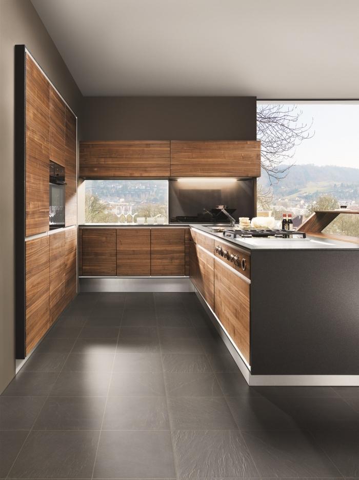 modèle de cuisine d'angle avec armoires en bois foncé sans poignées et comptoir en gris anthracite, idée carrelage sol cuisine