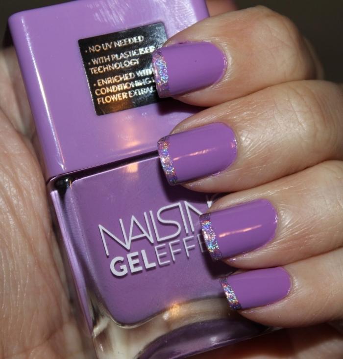 quelle couleur pour faire une manucure française originale, exemple de deco ongle en gel avec base violette et bouts en glitter