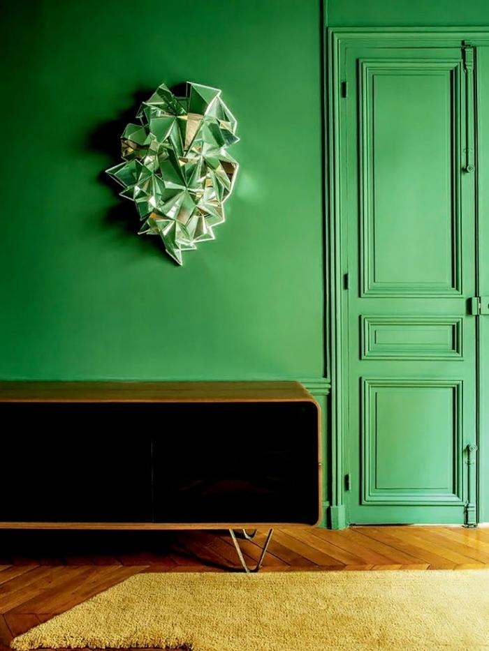 une porte bois interieur de même couleur verte que les murs pour une ambiance à la fois chic et vintage