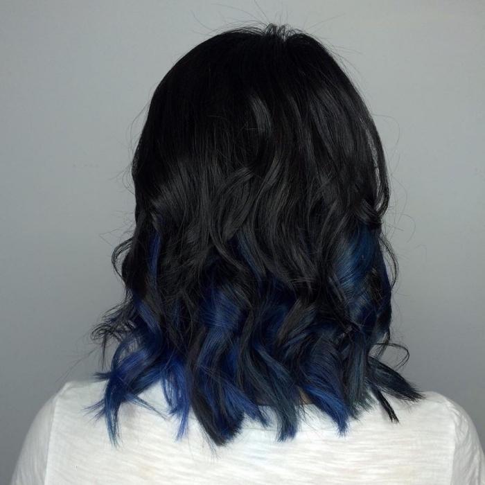 idée de coiffure tendance sur cheveux de base noire avec pointes bouclés de mèches bleu foncé, quelle couleur de cheveux choisir