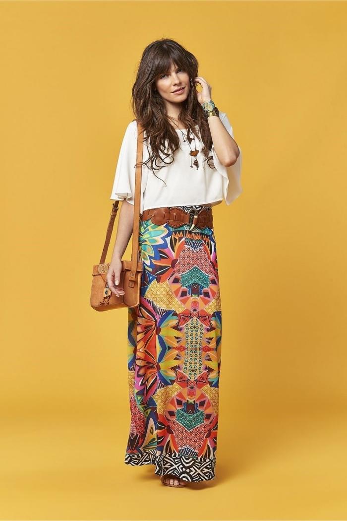 modèle de jupe longue droite à design coloré aux motifs fleuris et géométriques combinée avec top blanc et accessoires boho chic