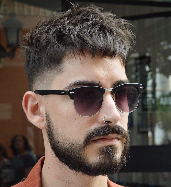 coupe dégradé court homme avec dessus plus long et décoiffé tendance 2018 avec barbe courte