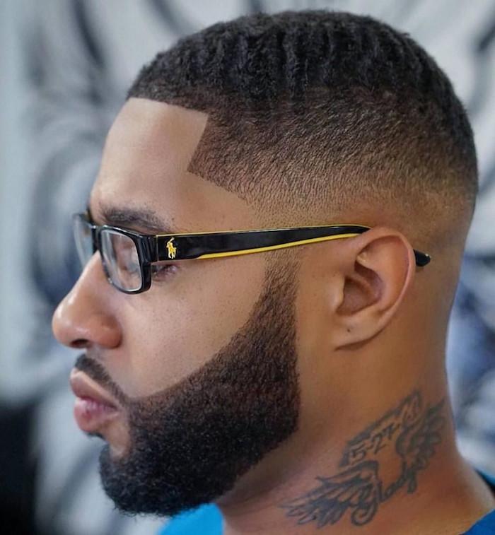 coupe de cheveux homme noir américain dégradé court avec barbe taillée et tatouage dans le cou