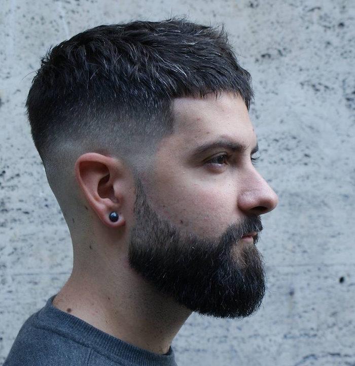 dégradé court homme milieu avec cheveux bruns en avant et barbe taillée