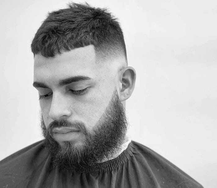 coupe dégradée homme courte tendance style militaire avec barbe longue taillée