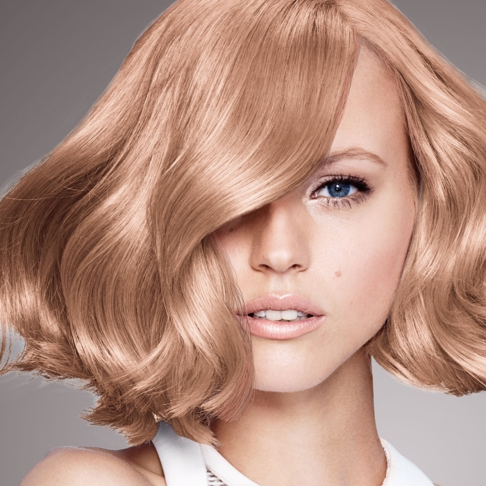 couleur de cheveux tendance rose gold aux reflets cuivrés, maquillage aux lèvres nude pour yeux bleus avec fards à paupières dorés