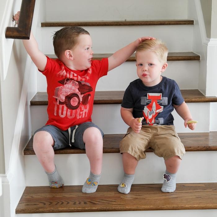 deux garçons mignons avec une coiffure mèche sur le coté stylisée avec gel, cheveux courts