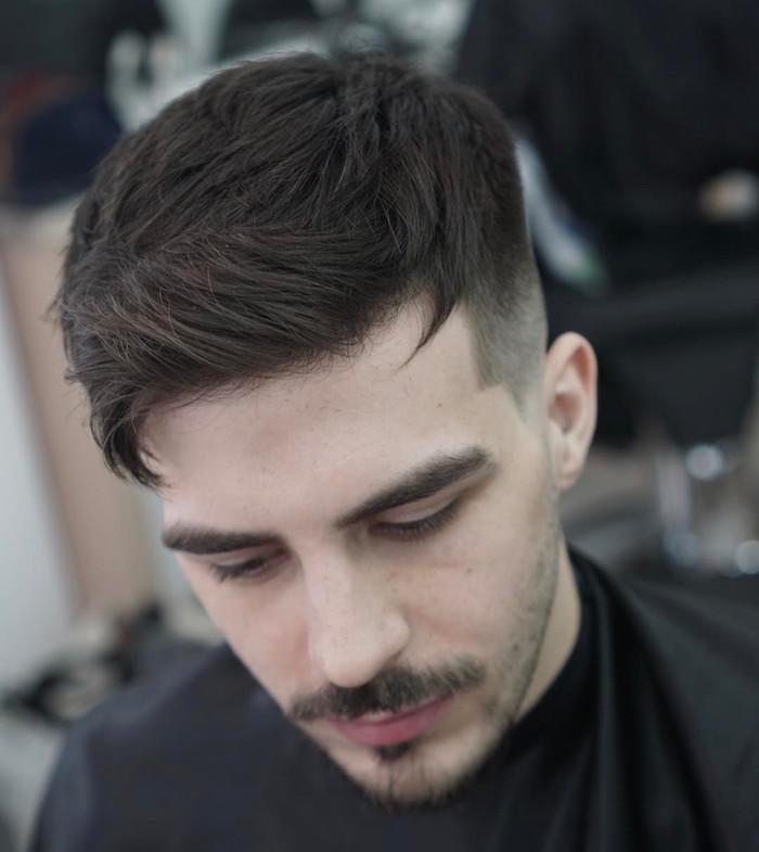 coupe de cheveux homme dégradé court sur le coté et dessus plus épais avec meche sur le front