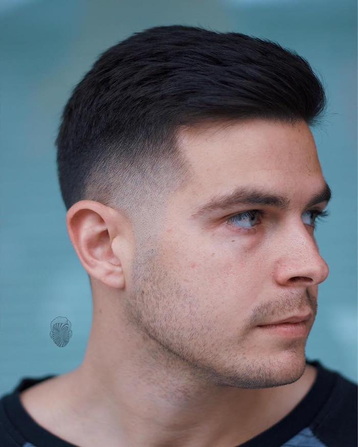 modele de coupe homme court avec cheveux brun épais raide et dégradé sur les cotés au-dessus des oreilles