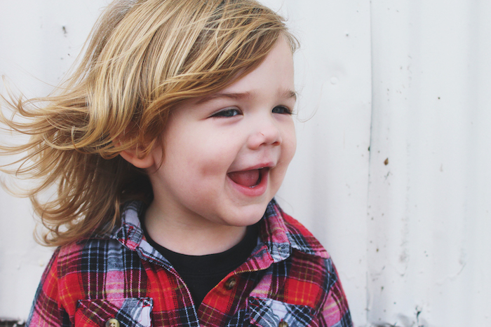 coupe de cheveux bébé garçon aux longs cheveux blonds, style surfer, chevelure décoiffée