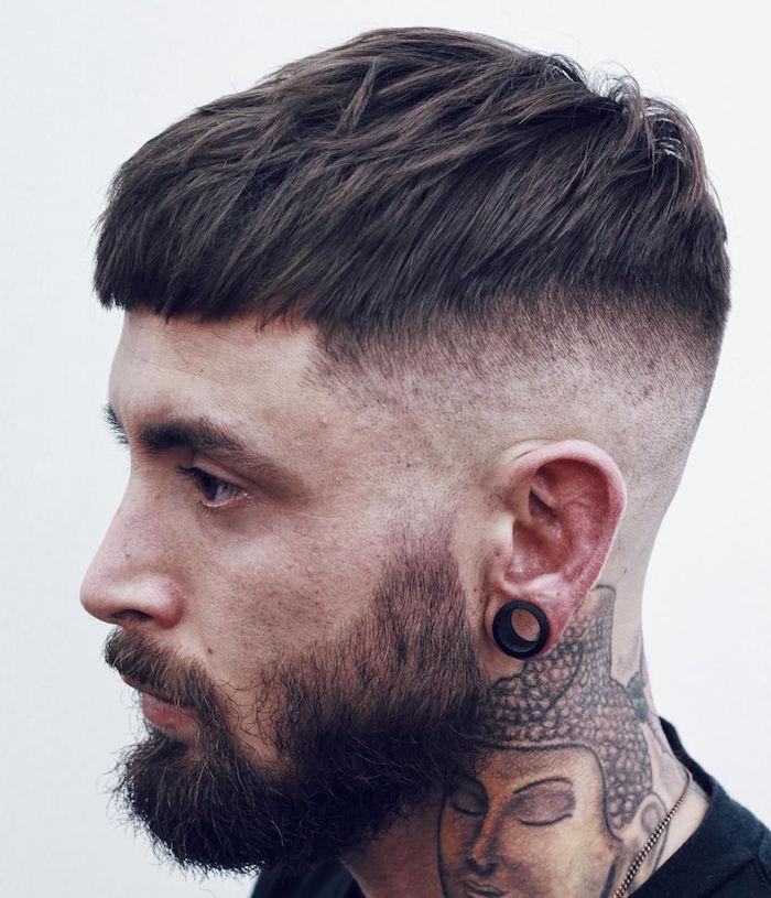 coupe homme cheveux court tendance hipster 2018 dégradé haut à blanc et dessus vers l'avant avec barbe mi longue