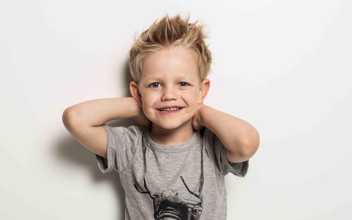 coupe de cheveux pour enfant avec une frange hérissé et des mèches rebelles décoiffées, chevelure blonde