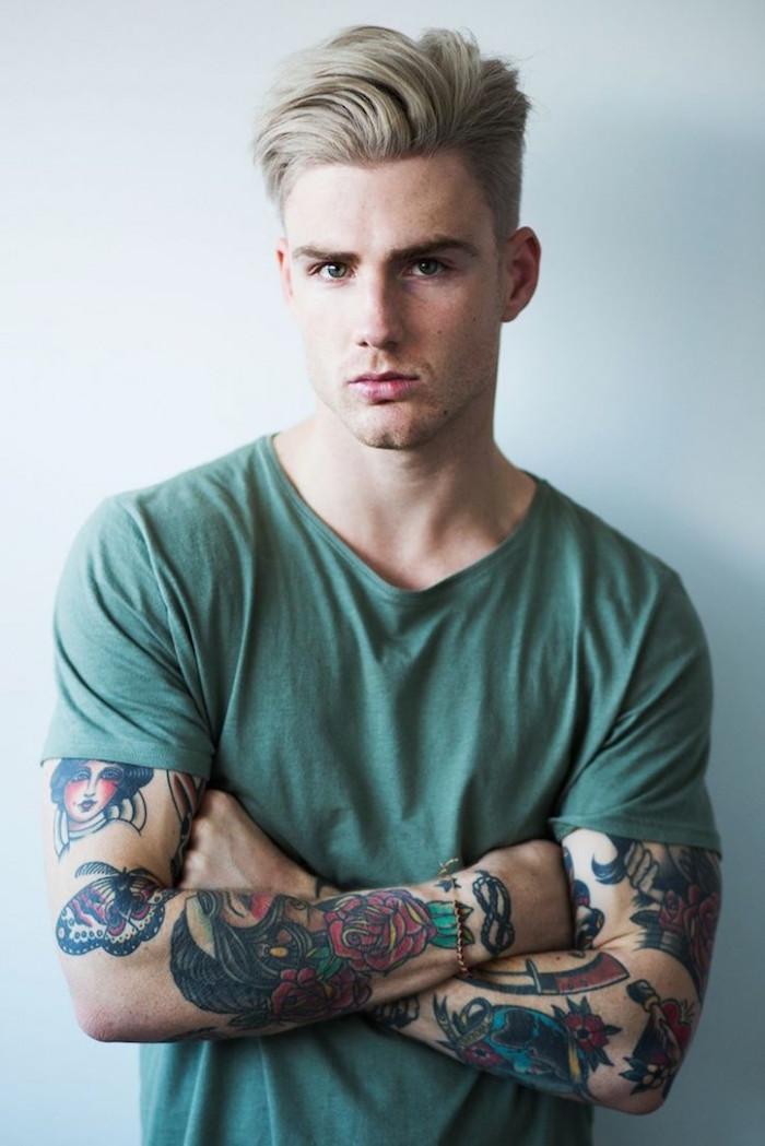 teinture blonde homme cendré avec coupe tendance mi long style hipster avec tatouages old school
