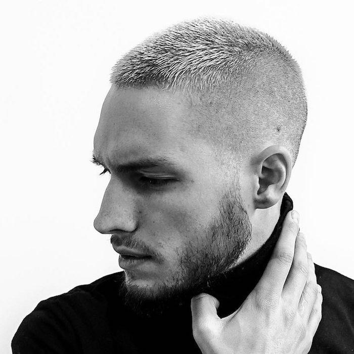 coupe homme rasé coté haut et dessus un peu plus long avec teinture blonde homme