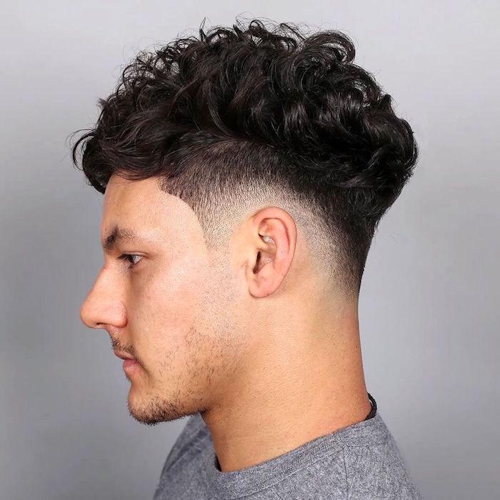 coupe tendance homme hipster avec dégradé court bas et dessus cheveux boucles
