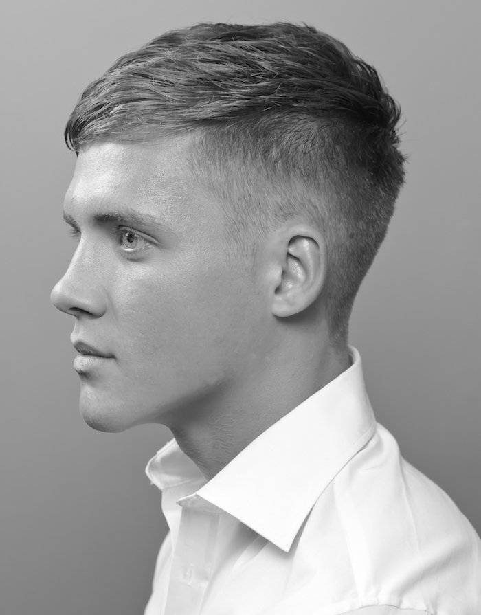 idée coiffure homme blond courte avec dessus vers l'avant et cotés courts dégradé