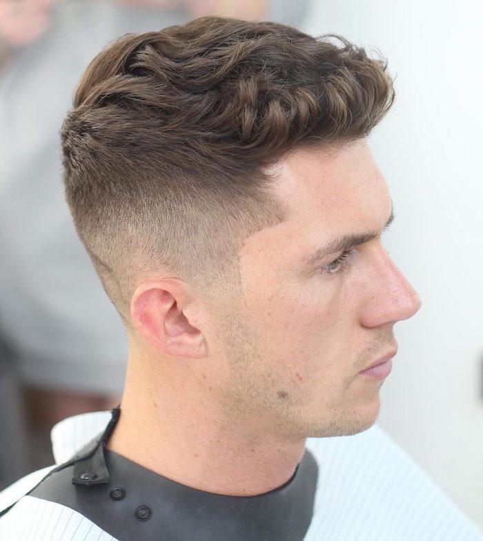 coupe de cheveux homme court sur les cotés long dessus ondulé avec meche brushing