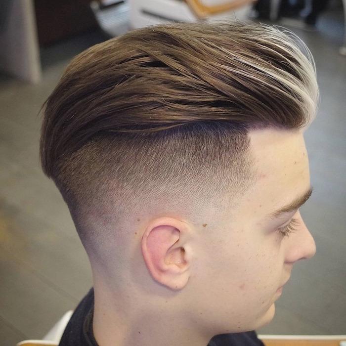 coiffure fondu homme homme chatain avec cotés courts et dessus long en arriere tendance