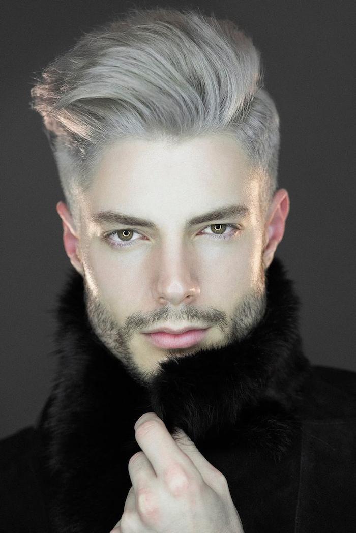 coloration cheveux blond gris blanc polaire avec coiffure pompadour homme hipster