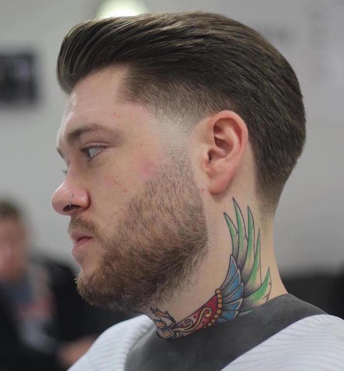 nouvelle coupe de cheveux homme en arriere avec fondu barbe courte et tatouage dans le cou en couleurs