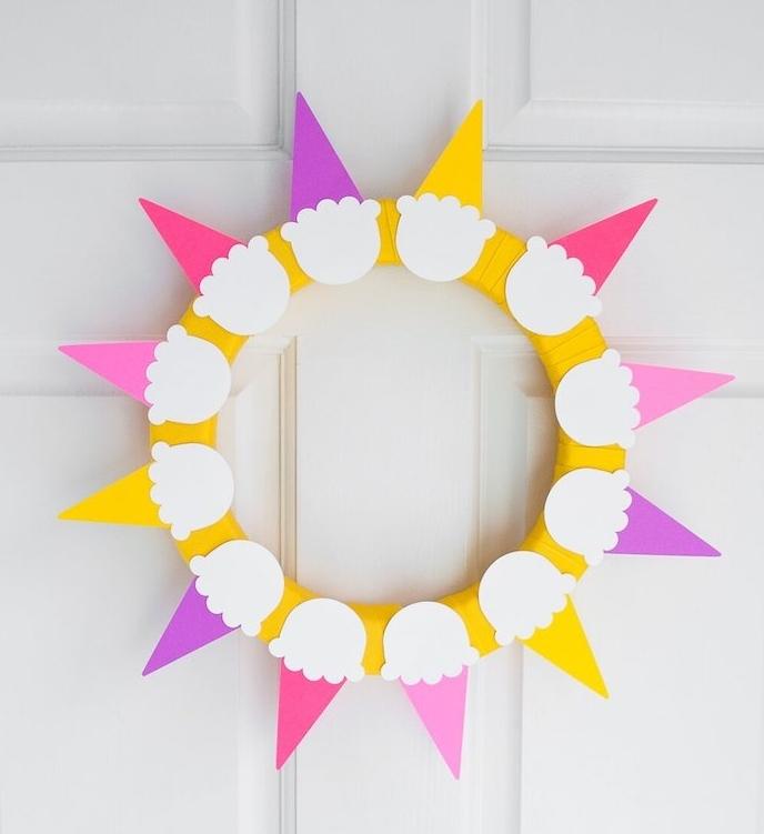 bricolage facile et rapide pour réaliser une couronne de fleurs en glaces colorés disposés en cercle, deco porte