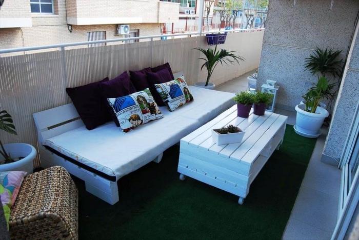 déco stylée du balcon avec clôture en paille et meubles de bois peint en blanc, choix de plantes vertes pour balcon