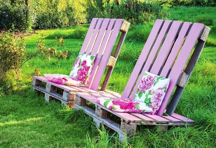 modèle de mobilier place assise pour le jardin à design DIY, chaise longue en palettes de bois peinte en rose
