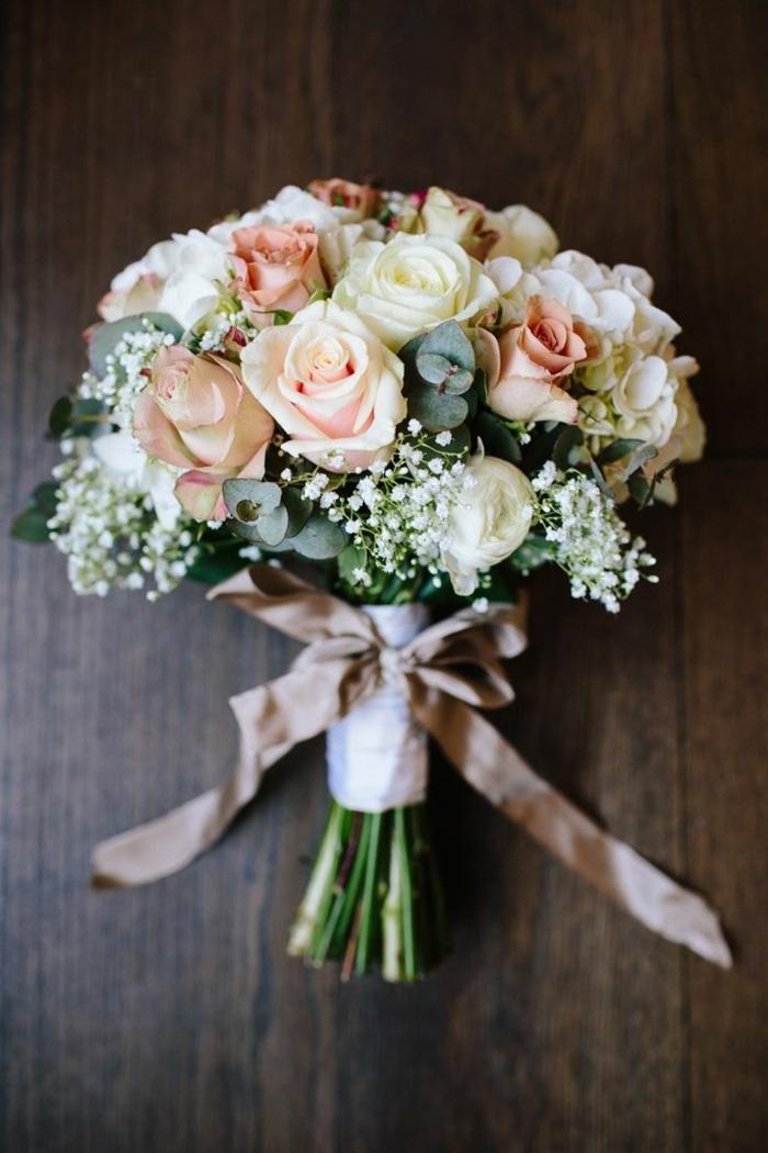 bouquet de fleurs blanches et roses style champêtre, bouquet de mariée de roses