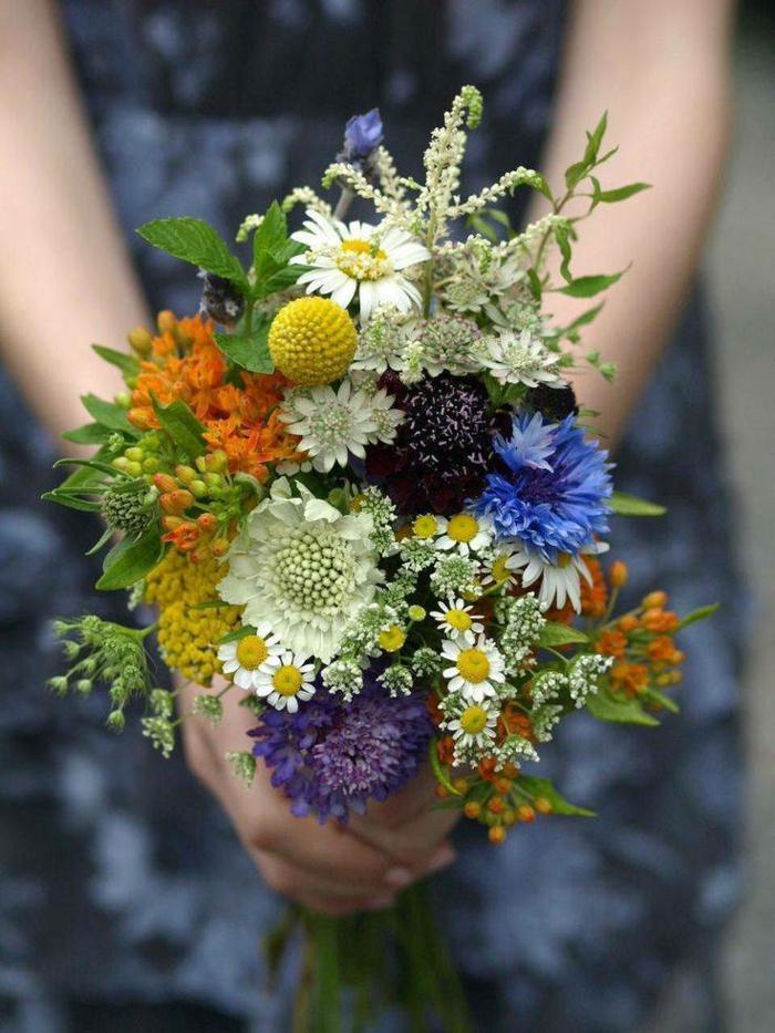 bouquet de fleurs pour la mariée, blanc, bleu, orange et jaune, déco florale avec des fleurs sauvages
