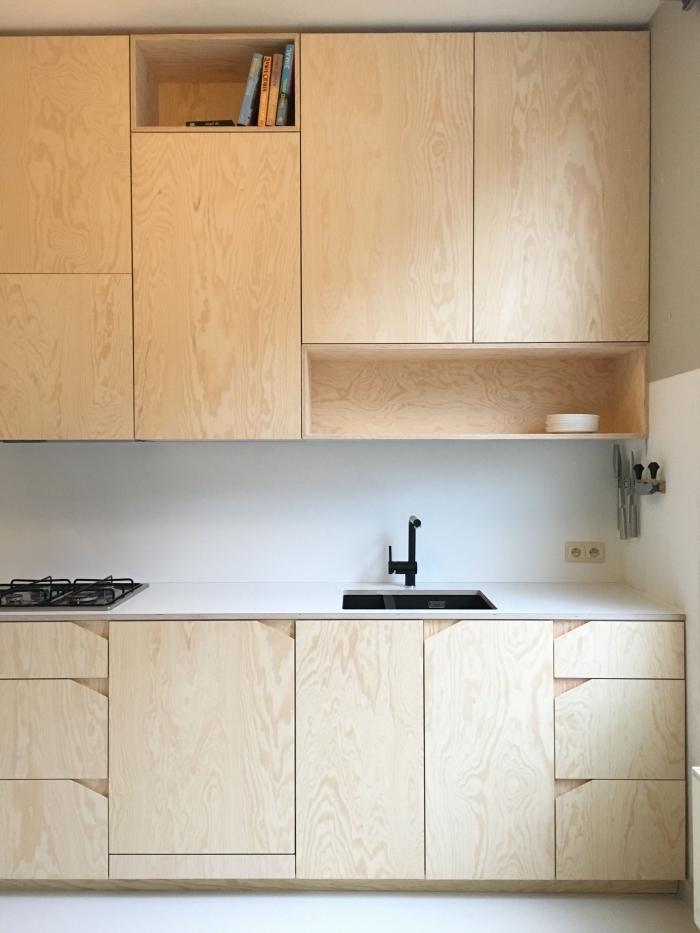 cuisine blanche et bois avec crédence blanche et meubles de bois clair, modèle cuisine comptoir blanc et robinet noir mate