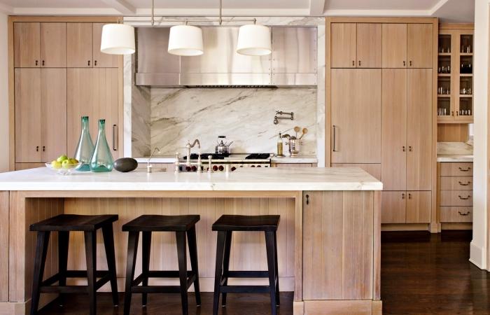 modèle de cuisine bois clair avec armoires bois et crédence à design marbre gris et blanc, idée ilot centrale blanc et bois avec chaises noires