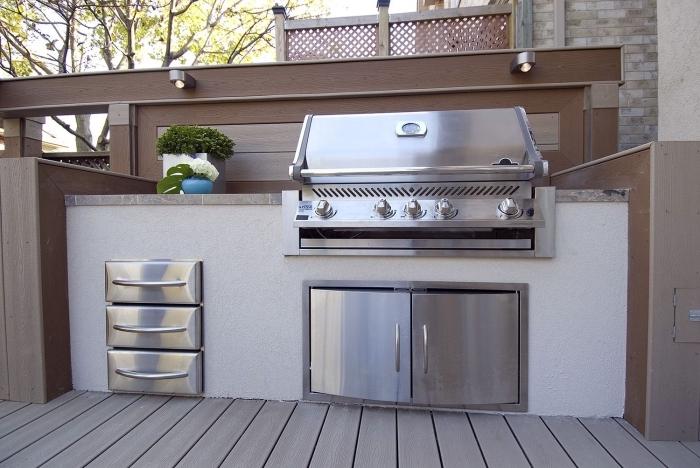 modèle de petite cuisine aménagée sur une terrasse de bois, idée quels matériaux choisir pour équipement extérieur