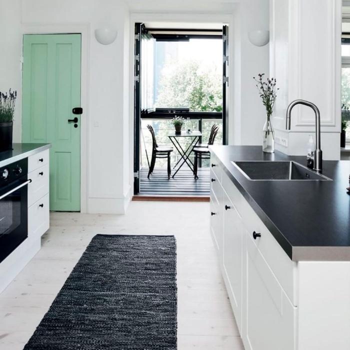 une porte interieure couleur menthe à l'eau pour réveiller l'espace de la cuisine de style scandinave et créer un joli accent coloré