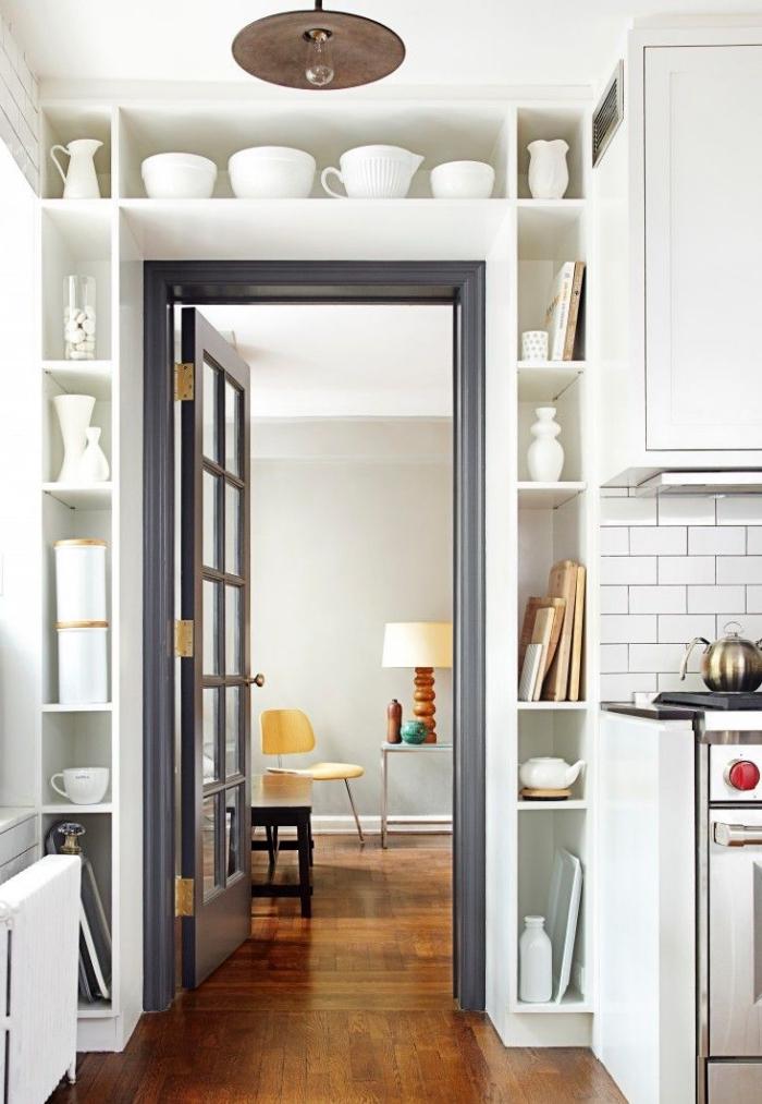 une porte vitrée et son encadrement peint en gris pour délimiter les deux espaces, en quelle couleur peindre encadrement porte