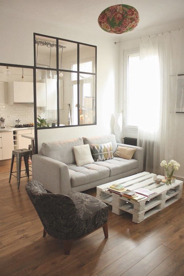 une table basse palette blanche qui s'harmonise avec l'intérieur du salon scandinave aux touches industrielles